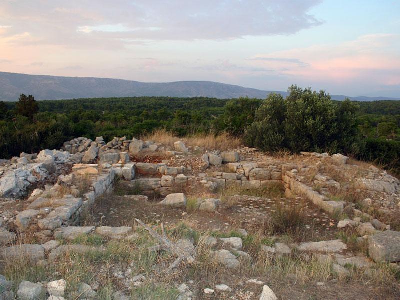 На Стариградской равнине сохранились отстатки многочисленных сооружений древних греков