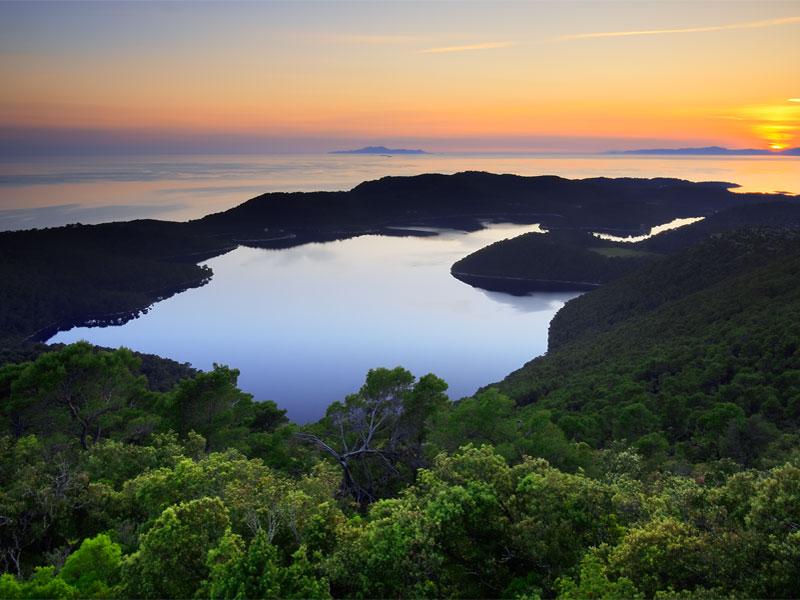Главная достопримечательность парка Млет - соленые озера
